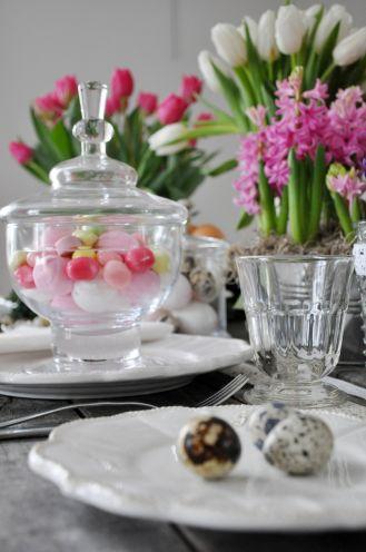 Przeźroczyste szkło wygląda elegancko w połączeniu z kolorowymi dodatkami. Kwiaty i koronkowe dekoracje – dobry