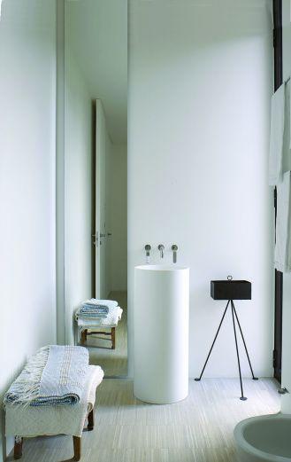 Piero Lissoni minimalistyczne wnętrza białej łazienki