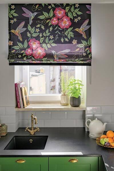 okno w kuchni nad blatem
