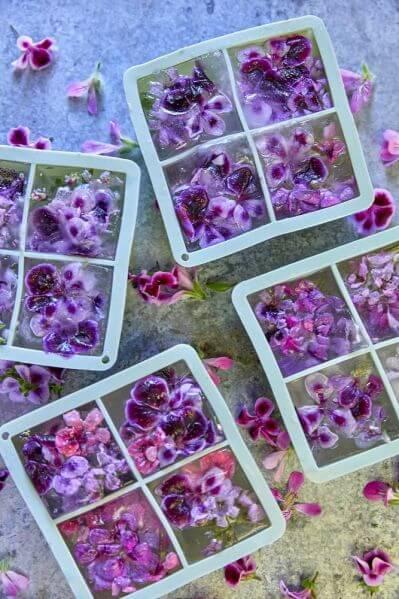 kostki lodu z kwiatami