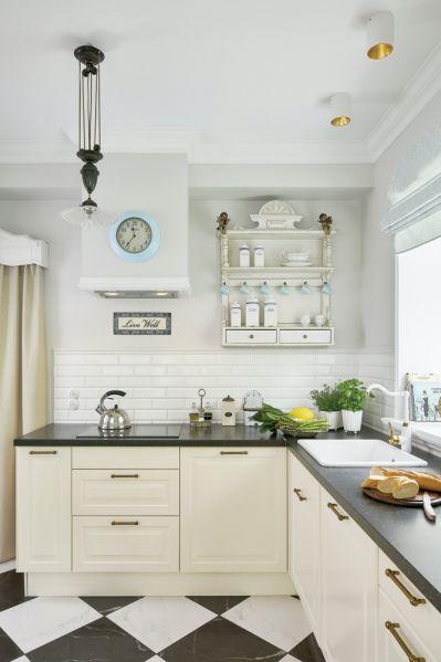 biała kuchnia z czarnym blatem