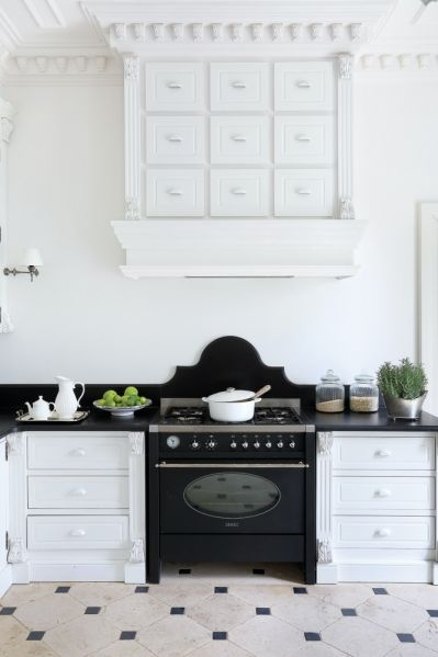 biała kuchnia z czarnymi dodatkami