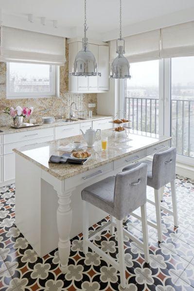 biała kuchnia z kamiennym blatem