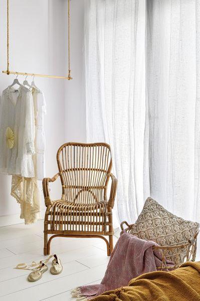 biała sypialnia z wiklinowymi dodatkami