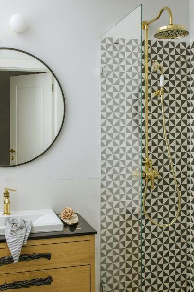 czarno biała łazienka ze złotymi dodatkami