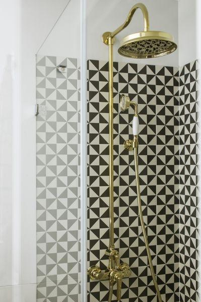 czarno biała łazienka ze złotą armaturą
