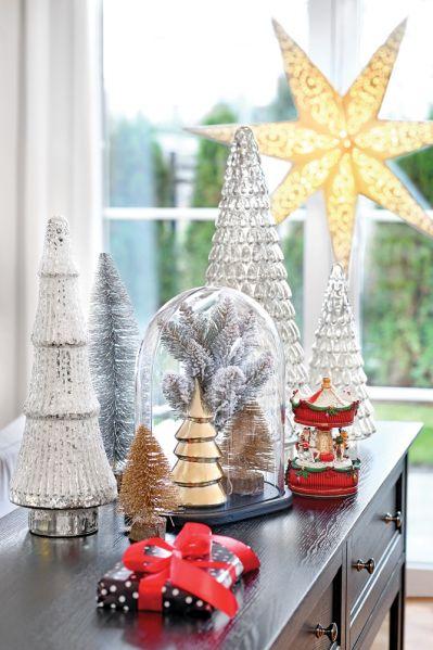 czerwono-srebrne dekoracje bożonarodzeniowe
