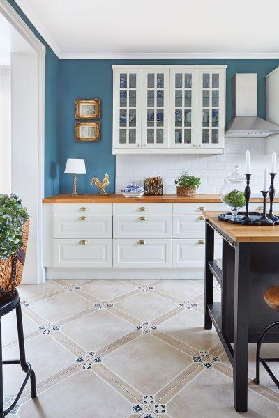 niebieska ściana i białe szafki w kuchni