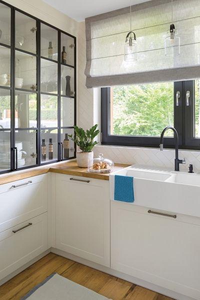 mała kuchnia z blatem pod oknem