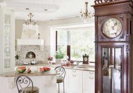 stylowe wnętrze biała kuchnia stary zegar