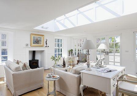 biały salon w stylu klasycznym
