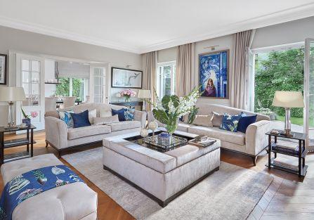 klasyczne wnętrza z niebieskimi i srebrnymi akcentami