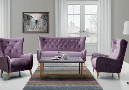 fioletowa sofa w szarym wnętrzu