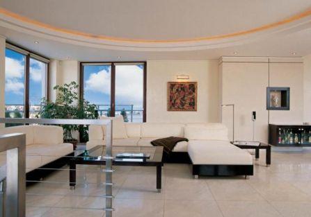 Białe kanapy i szkany stolik. Czarno-biały apartament