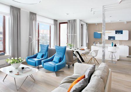 Błekit w obiciach foteli nawiązuje do rzeki, która widać za oknem.
