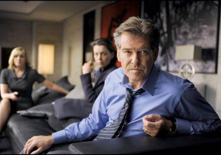 Bohater filmu Adam Lang (grany przez Pierce a Brosnana) wciąż przesiaduje na przepastnej kanapie pośrodku salonu.
