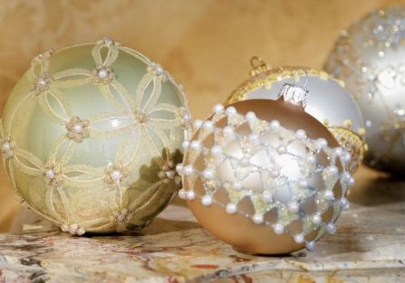 Brokat, perły, srebro i złoto – niczym w kolii od Choparda. ALMIDECOR