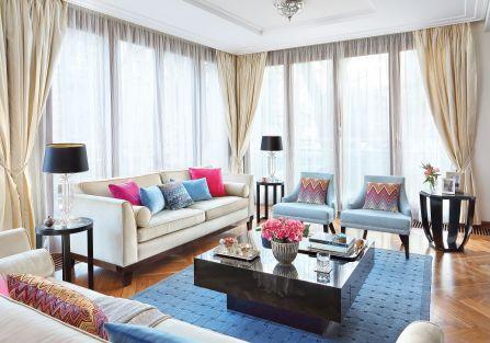 Chłodne meble – stoliki BB Home, fotele Mint Grey – ożywiają kolorowe akcenty – poduchy Missoni z Likus Home Concept.