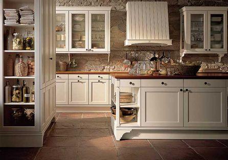 Ciekawie pomyślane półki są funkcjonalne i bardzo dekoracyjne. Szafki zdobią stylizowane patynowane gałki. Producent -