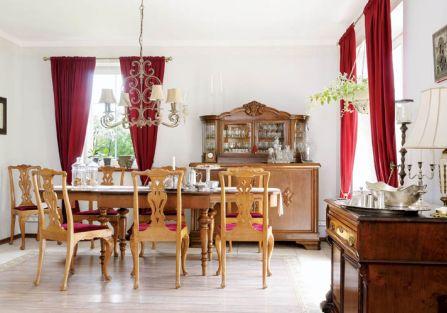 Ciężkie, wiekowe meble i mięsiste tkaniny, które lubi pani domu.