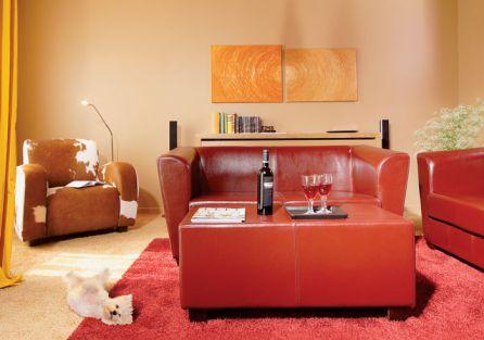 Czerwone meble dobrze komponują się z ciepłymi odcieniami ścian.