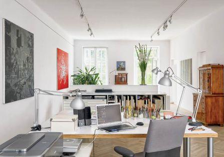 Dla malarza najważniejsza jest pracownia. W tym mieszkaniu jest częścią salonu.