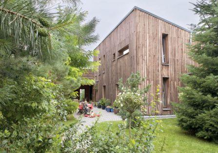 Dom miał pasować do najbliższego sąsiada - do lasu. Dlatego został zrobiony z modrzewia.