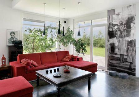 Dom stał się poligonem dla eksperymentów z materiałami i kolorem.