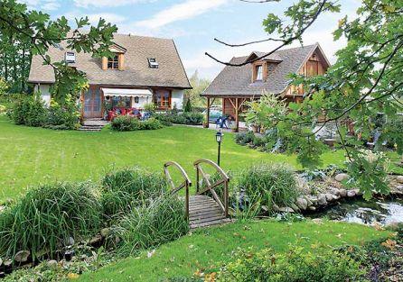 Dom w wiejskim stylu, z dużym ogrodem, drewniany, zbudowany w technologii kanadyjskiej. Nad wolnostojącym garażem