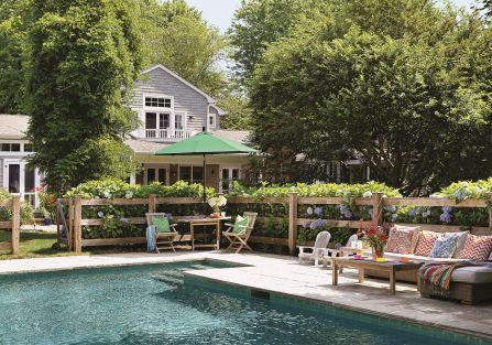Dom w stylu Nantucket ogród