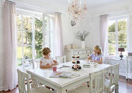 Drewniane bielone meble z delikatnymi przecierkami i ludwiki z nowymi obiciami.