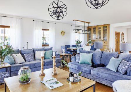 salon z drewnem i niebieskimi dodatkami