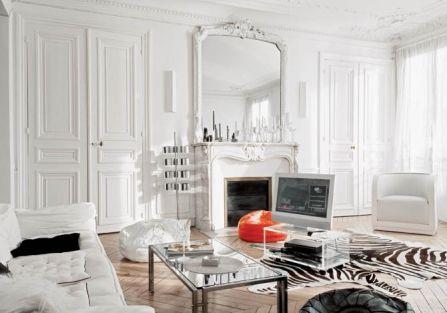 Duże okna , przesłonięte cieniutkimi zasłonami z jedwabnej tafty dają złudzenie, jakby mieszkanie wisiało między obłokami.