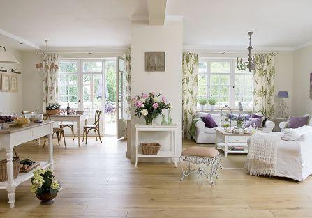 Dużo bieli, wielkie słoneczne okna i jasne meble, jak na południu Francji albo w Skandynawii.