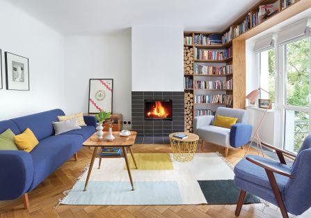 Dywan, druciany pleciony stolik, wazony na stole - Ferm Living (Scandinavian Living), poduszki z NAP, różowa lampa Gubi.
