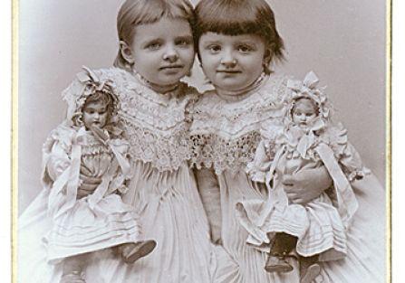 Dziewczynki najczęściej fotografowano z lalkami.