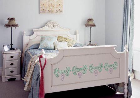 Elegancki kwiatowy ornament psauje do stylowej sypialni.