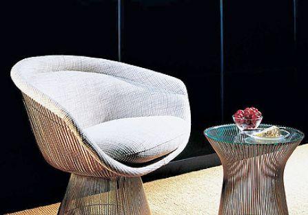 Fotele, taborety, stoliki z niklowanych stalowych drutów. Projekty mebli Warrena Platnera.