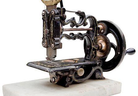 Historia wynalezienia maszyny do szycia z seksem w tle.