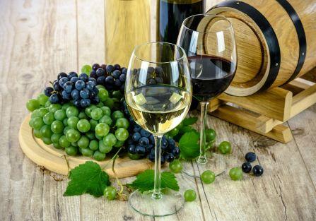 Jak podawać wino? Do każdego koloru trunku dobraliśmy inne dodatki. Dorzuciliśmy kilka porad, które uchronią