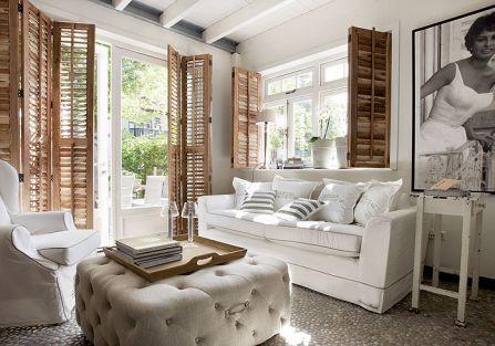 Jasne, miekkie kanapy, drewniane okiennice. W domu panuje totalna mieszanka stylów.