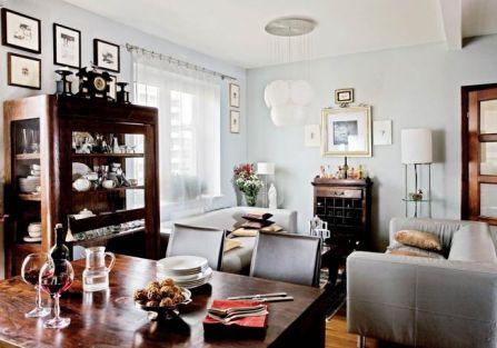Kuchnia łączy się z salonem przez stół, który staje się częścią obu pomieszczeń.