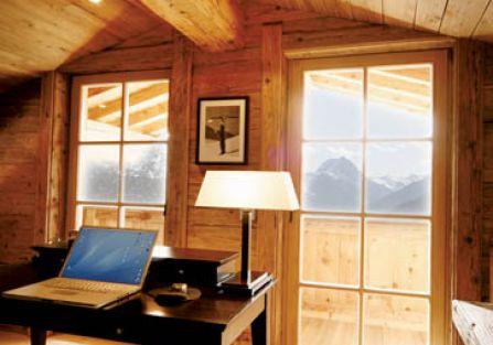 Lampę na biurku zaprojektował Kevin Reilly.
