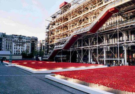 Maki przed Centre Pompidou w Paryżu. Zapytaj Kenzo