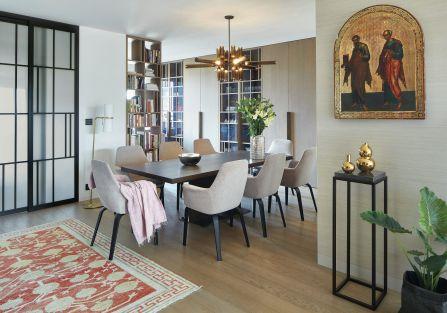 Dom w stylu fusion zaskakuje: pozłacane ikony, nowoczesne meble i perskie dywany. Indywidualiści lubią takie kontrasty.