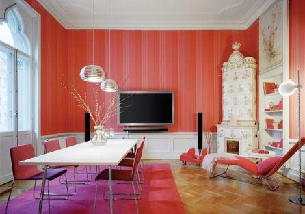 Mocna czerwień i amarant podkreślają nowoczesny design kina domowego, które łączy audio-wideo z systemem sterowania