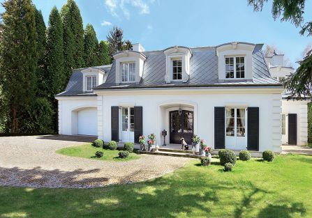 Na pięknie zalesionej działce stanął rozsądnej wielkości dom – 400 metrów dla czteroosobowej rodziny.