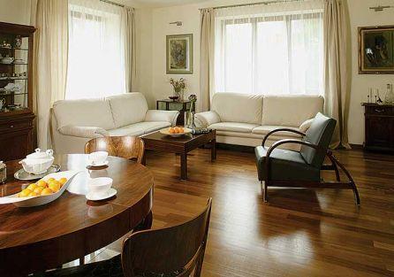 Na podłodze w salonie położono egzotyczne drewno irocco.