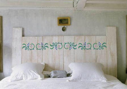 Na wezgłowiu łóżka. Miły rzucik