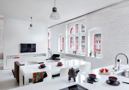 Najpierw pobielili ceglane ściany – ładnie kontrastują z ciemną elewacją za oknem i architektonicznymi elementami